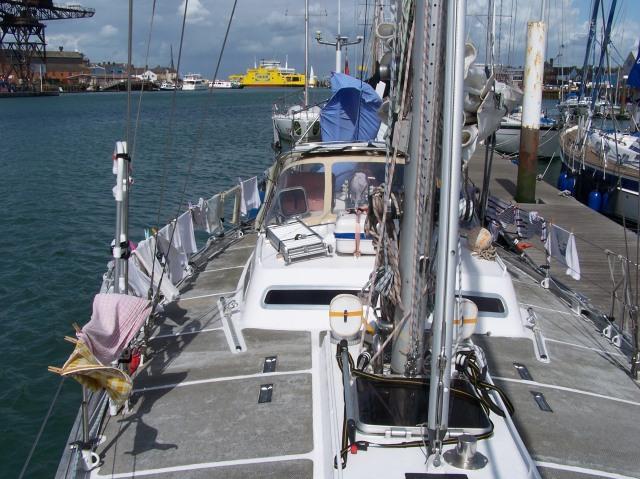 Uitdragerij aan het pontoon, op de Medina met de pont naar Southampton op de achtergrond