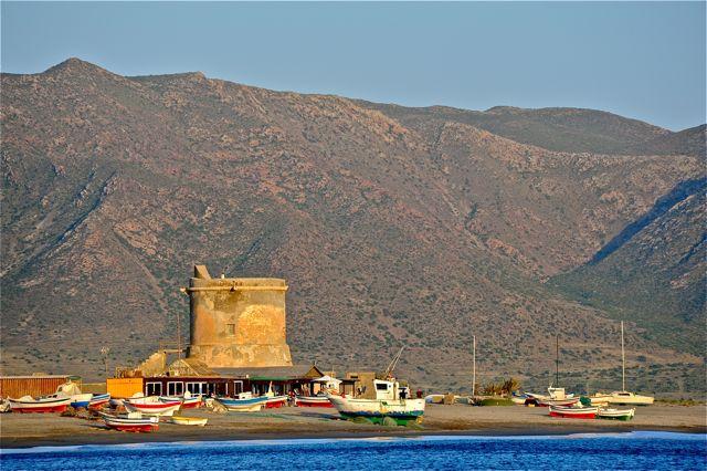"""een """"torre"""" bij San Miguel, met vissersboten op het strand"""