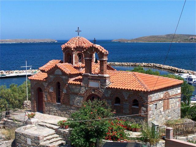 Typisch kerkje met uitzicht