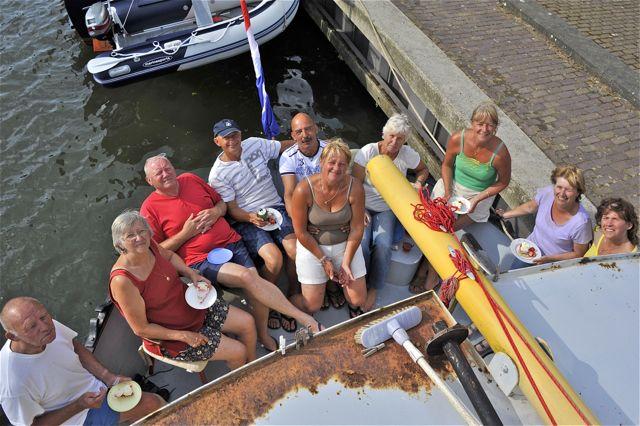 """De hele familie drinkt een """"vastmakertje"""" (met een gebakje deze keer) in Mook op het achterdek (in elke haven nemen we een vastmakertje)"""