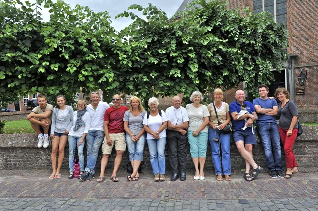 De hele familie op de foto bij de kerk van Woudrichem