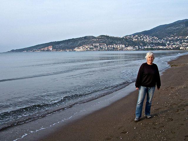 Ingeborg in alle vroegte op het strand