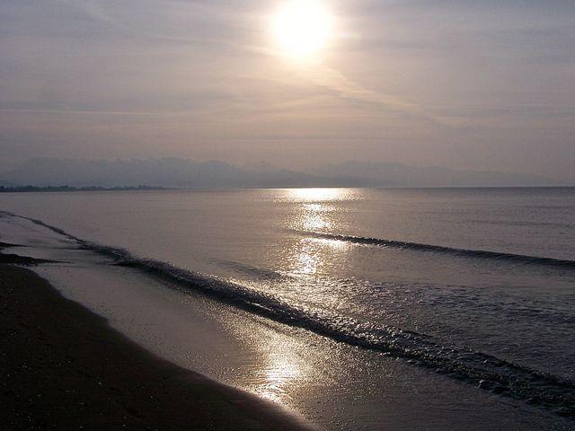 Opkomende zon boven een rustige zee
