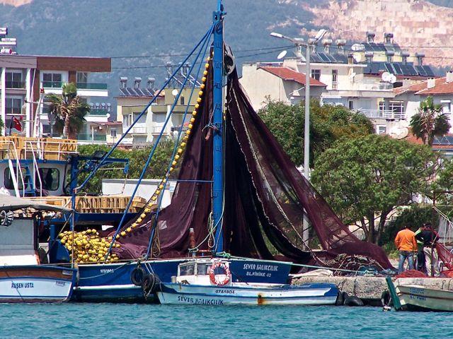 Vissersschip in de haven