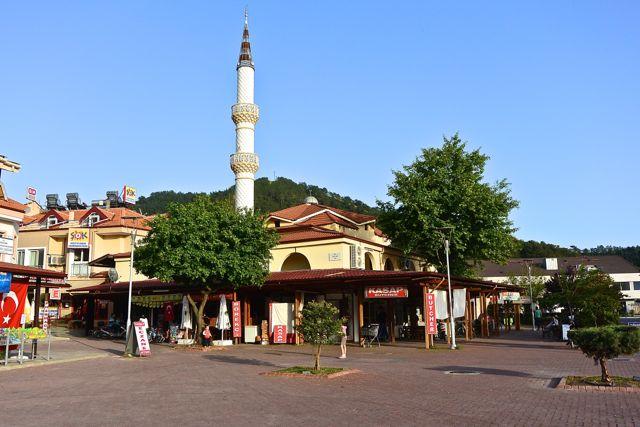 De moskee, ingeklemd tussen de winkels