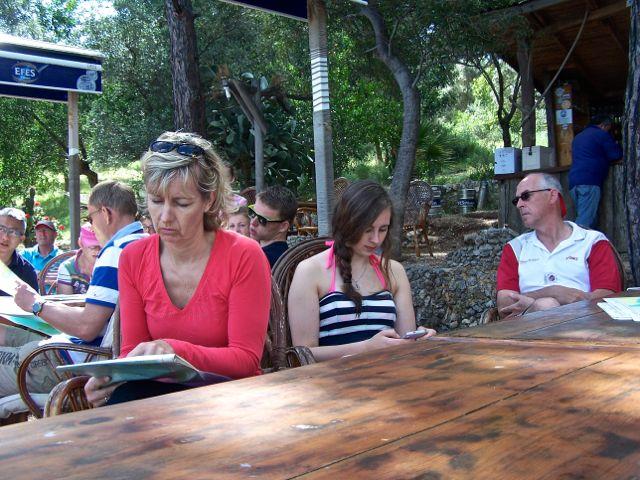 Paula, Ben en Femke luisteren aandachtig