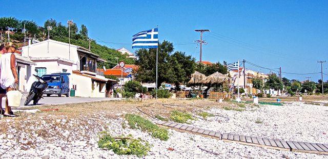 De Griekse vlag, fier wapperend aan de boulevard. We zullen het missen