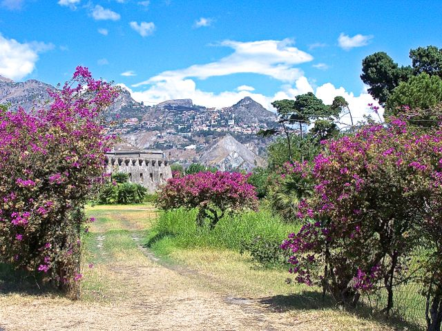 Vanuit het park genomen met Taormina op de achtergrond