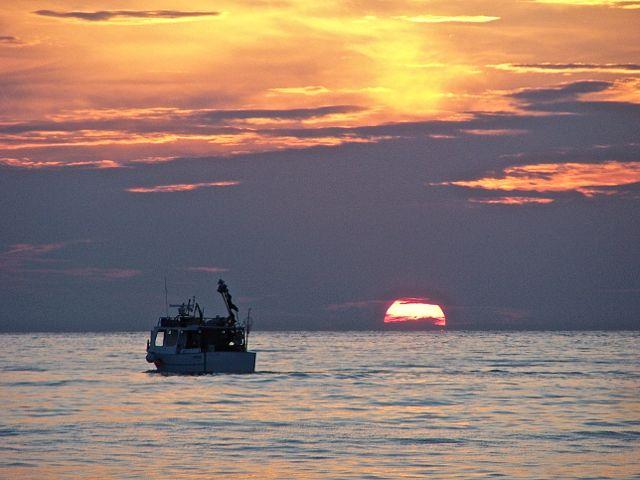 De zon komt op boven Naxos