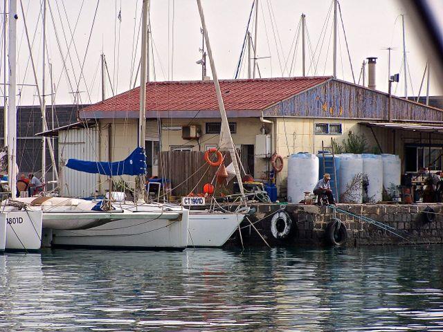 Het havengebouwte van de jachthaven