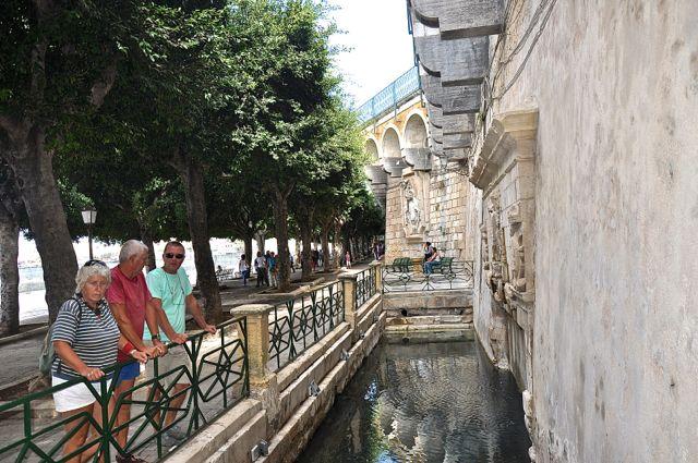De Fontana degli Schiavi uit de tijd van Karel V die hier toen de baas was