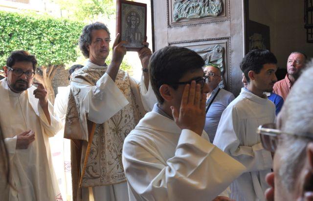 De hogepriester draagt het boek