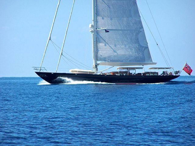 Motorboot met een te hoge mast