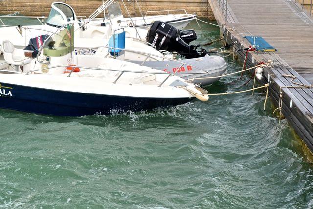Zie je dat achterste bootje? Dat gaat roemloos ten onder!