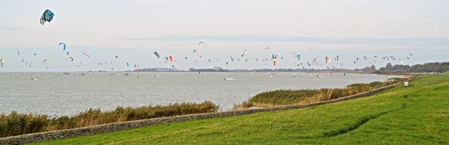 Kitesurfers bij Gaasterland