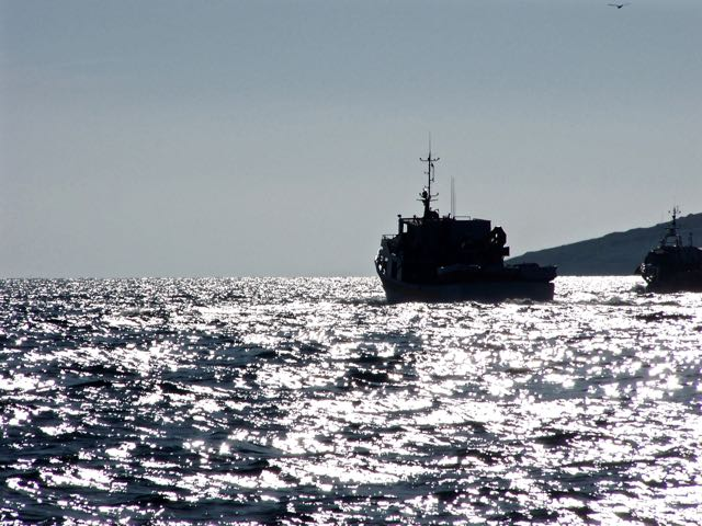 Trawler in tegenlicht