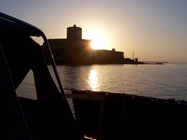 De zon zakt weg achter het fort