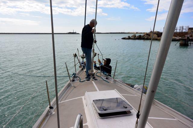 Elia klimt aan boord