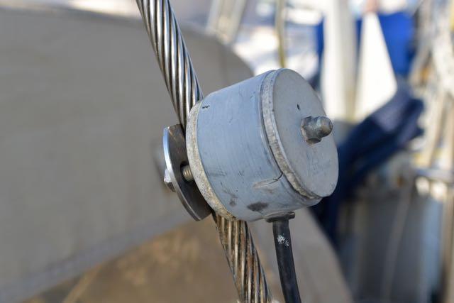 Navtex antenne op geïsoleerde achterstag