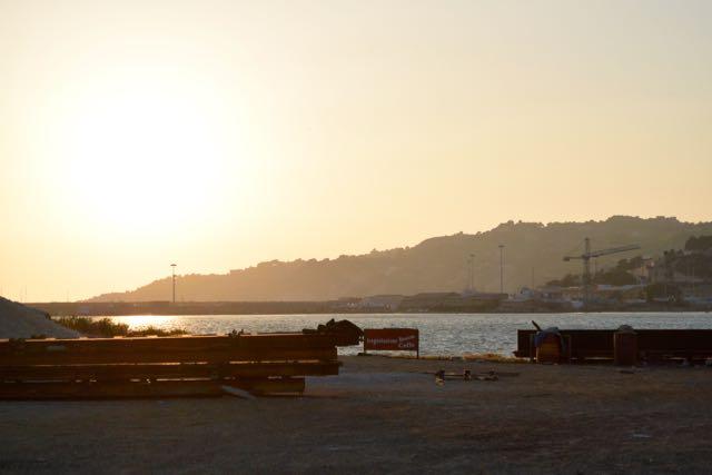 Stemmige zonsondergang boven de haven van Licata