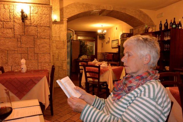 Ingeborg met een Italiaans woordenboekje