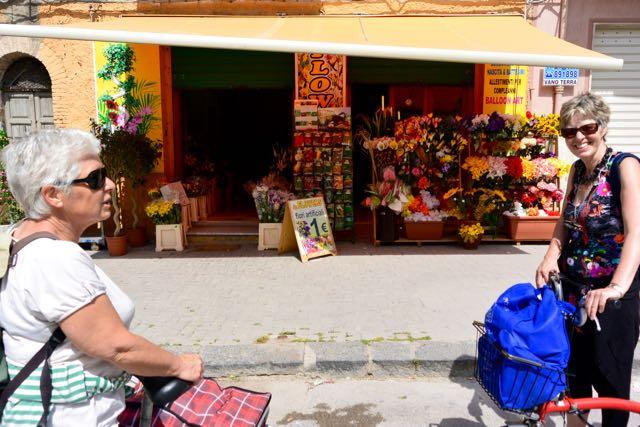 We stonden even stil bij een kleurige bloemenwinkel