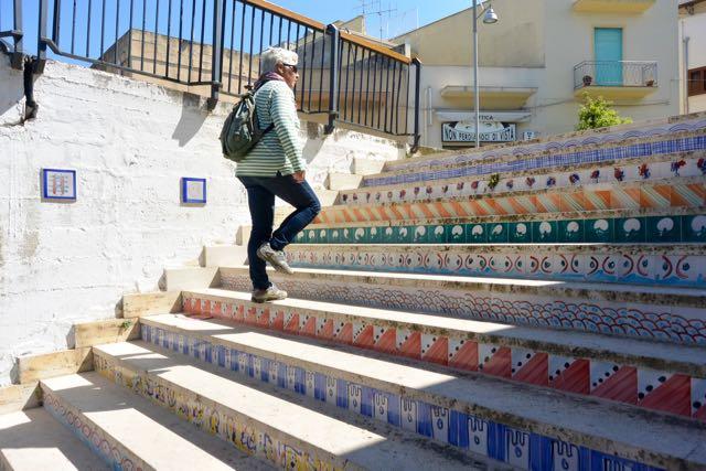 Ingeborg loopt de trap op