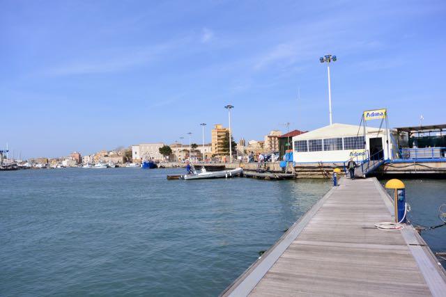 Zicht op het havenkantoor en links de stad