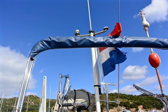De vlag staat strak in de wind