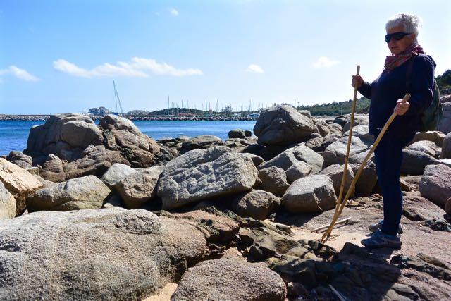 Zicht vanaf de rotsen op de haven