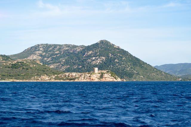 Budello toren; links is de haven, rechts de ankerbaai