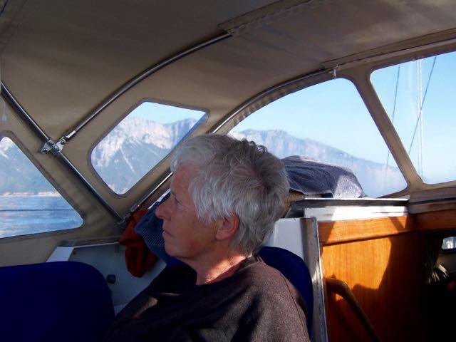 Ingeborg onder de buiskap met ruige kusten op de achtergrond
