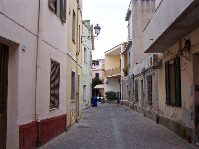 Dit is één van de fraaiere straten van Olbia