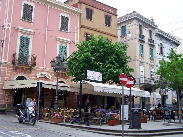 Gezellig pleintje aan de hoofdstraat (ook hier Via Umberto geheten)