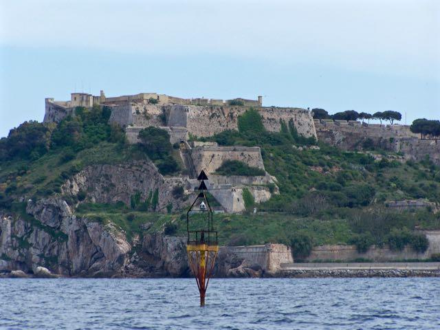 Fort met noordkardinaal op de voorgrond