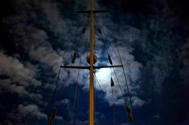 """De mast van de """"Wing IV"""" bij avond"""