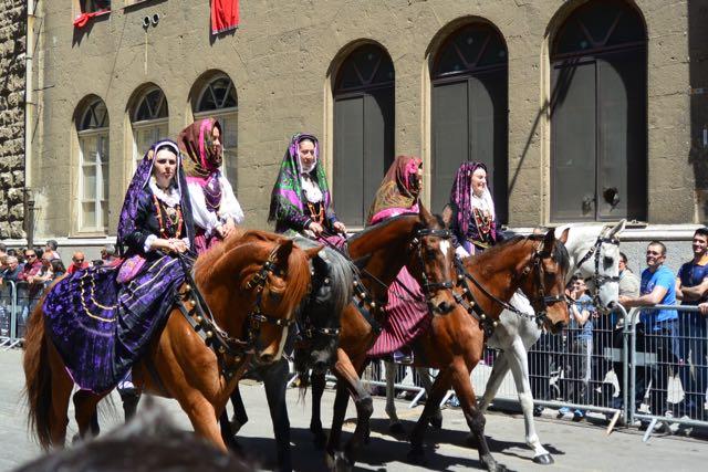 Ook de dames deden een paard in het zakje