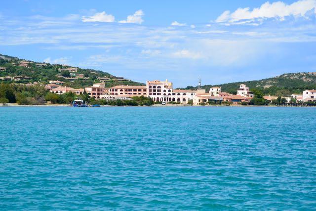 Het hotel aan het turkooizen water