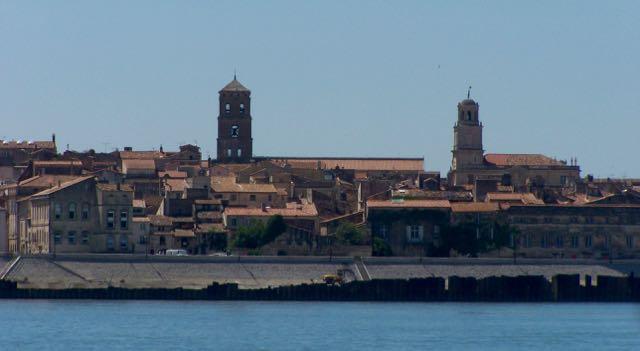 De skyline van Arles vanaf het water