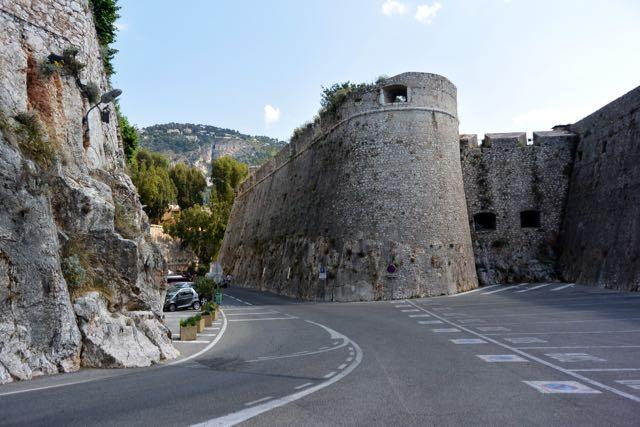 De weg loopt dwars door de citadel