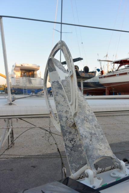 De radarpot staat veilig in de boot (kon er ook op blijven zitten, volgens Petras, doen we dus niet). De coating begint te slijten, zie je dat?