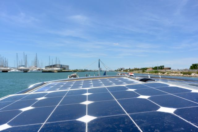 Een landingsbaan van zonnepanelen