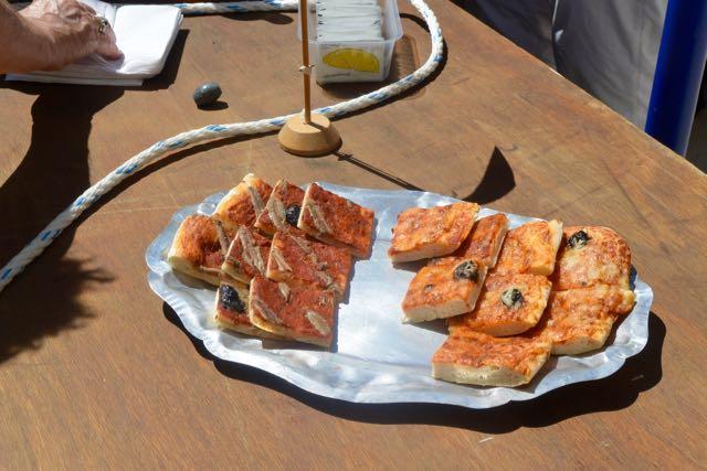 Lekkere stukken pizza, allemaal visgerelateerd
