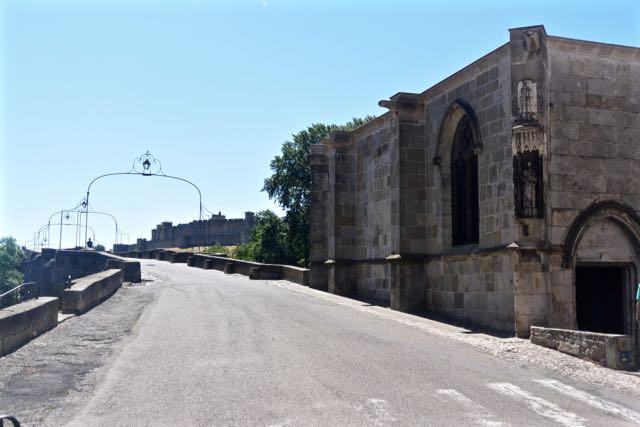 De kapel aan het begin van de veertiende eeuwse toegangsbrug tot de vestingstad