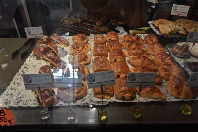 Mmmm, heerlijke broodjes; in die lege ruimte links lagen de laatste twee amandelbroodjes