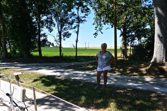 Ingeborg met wat landschap achter haar