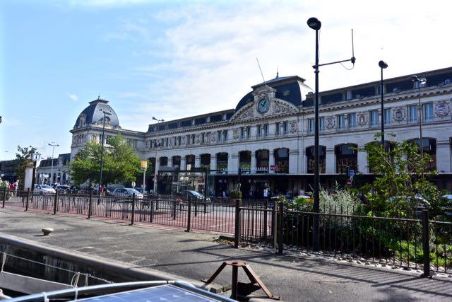 Tegenover het station ligt de eerste sluis