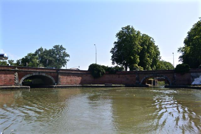 Rechts de uitgang van het Canal du Midi en links de ingang van het Canal Lateral