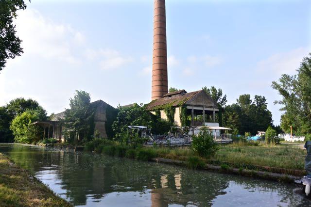 Een oude papierfabriek naast de sluis