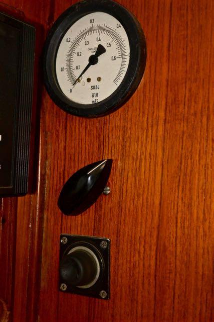 Die onderste knop is zacht en moet je pompend indrukken; na 25 jaar vindt ie het wel genoeg